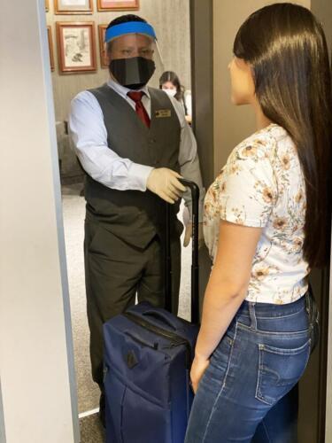 hombre y mujer con maletas