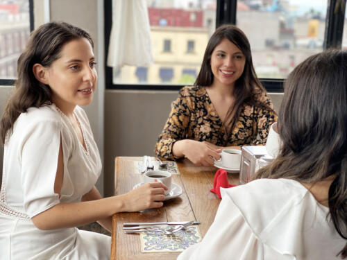 tres mujeres en una mesa
