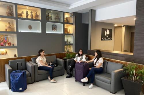 tres mujeres sentadas con maletas